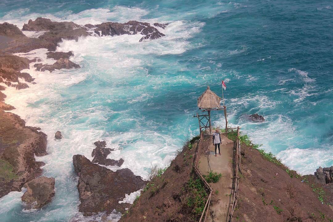 Pantai Siung: Menyaksikan Terjal dan Keindahan Karang